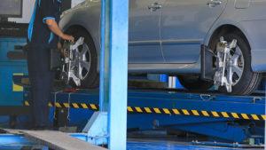 Speedy Apollo mechanic working on car